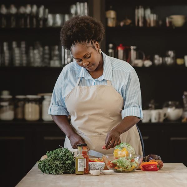 Mujer preparando una comida