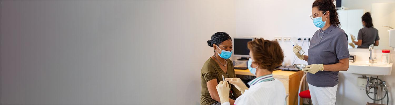 una mujer vacunándose