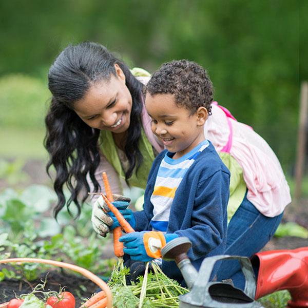 Madre e hijo en el jardín