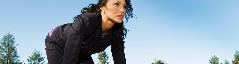 Mujer corriendo con tacones