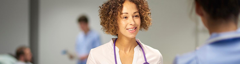 Médica con unatablet