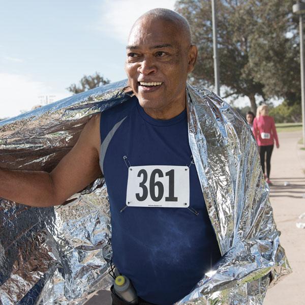 Hombre terminando una carrera