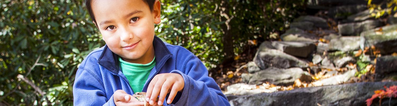 Niño con un sapoen la mano